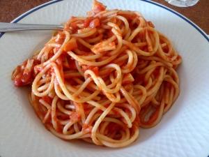 Espaguetis con tomate, champiñones, pollo y cebolla